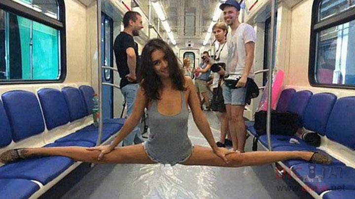 Очень сексуальные девушки в метро