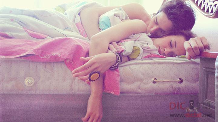 тихо подкрался к сестре пока она спала видео
