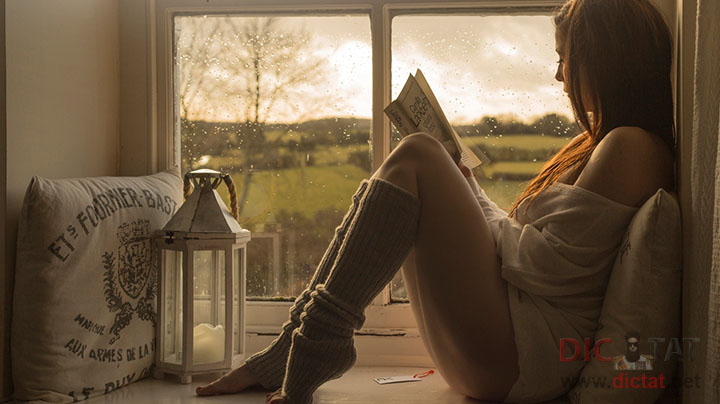 красивые фото девушек на фоне окна