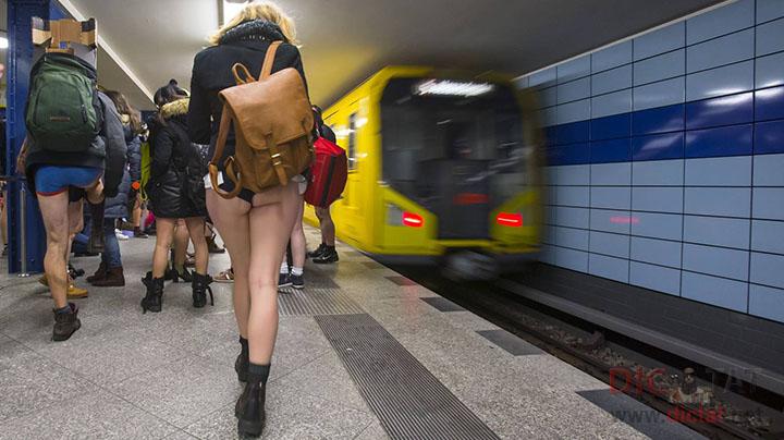 залезает в трусики в метро