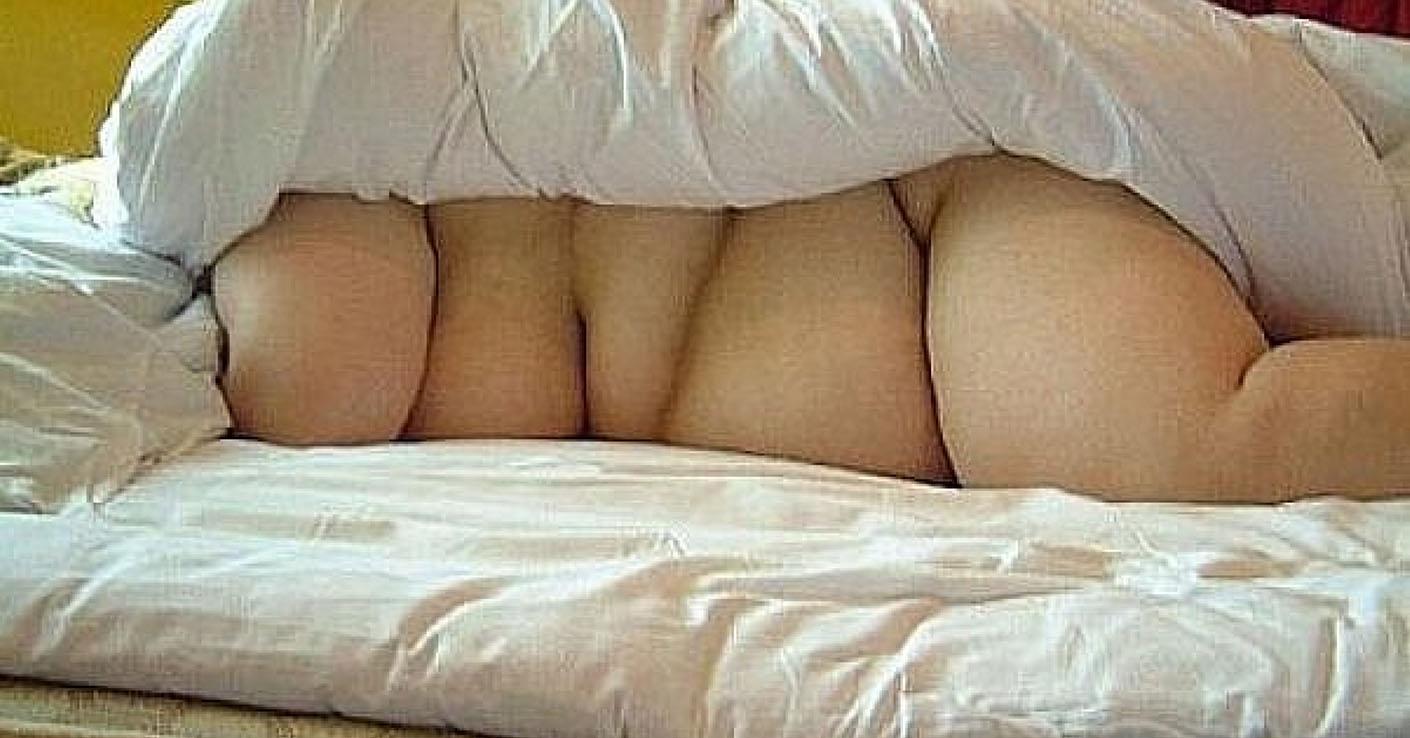 Спящая жена под одеялом 5 фотография