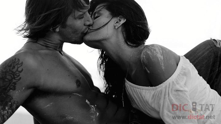 Мед сестры страстно целуются