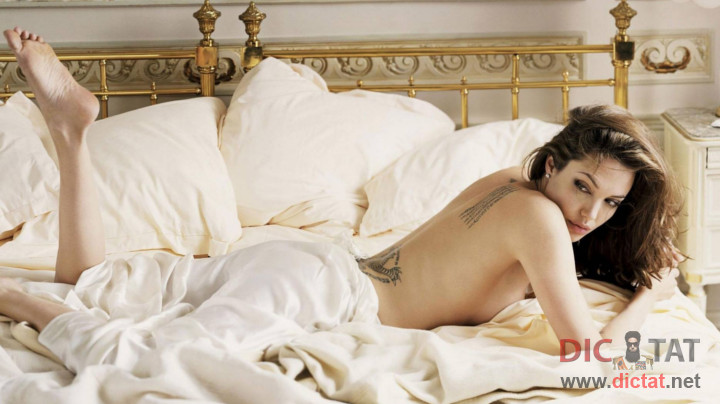 Девушка на постели двигается фото 742-372