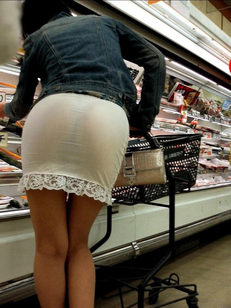 Смотреть онлайн подглядывания у девочек под юбкой