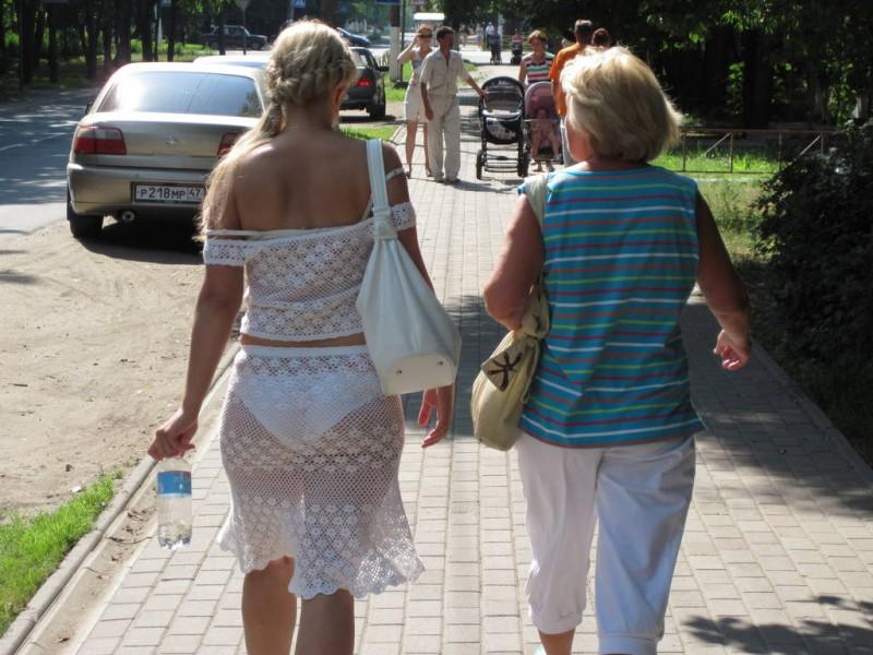 Женщины ходят по улице в прозрачной одежде фото 640-332
